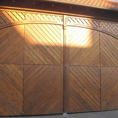 Scheunentor mit Eingangstür