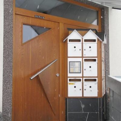 Eingangstür Mehrfamilienhaus